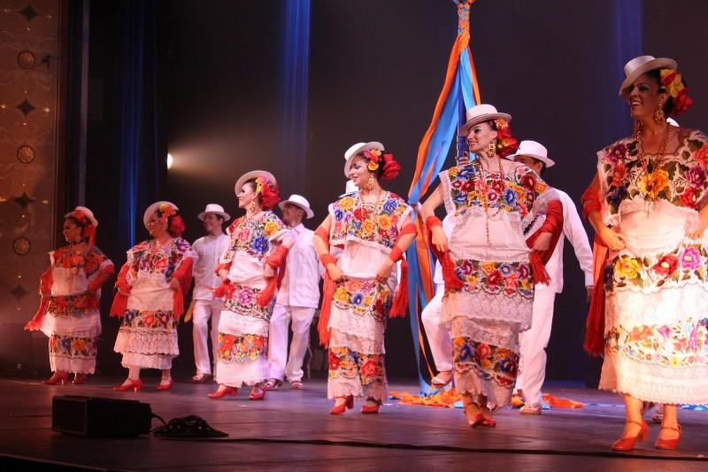 is-sanatta-meksika-dans-toplulugu-final-gosterisini-yapiyor